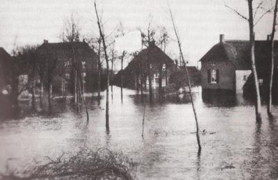 Tweede gemeentehuis, thans dorpshuis (links)