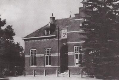 Derde gemeentehuis, sinds 1955 wijkgebouw Wit-Gele-Kruis.